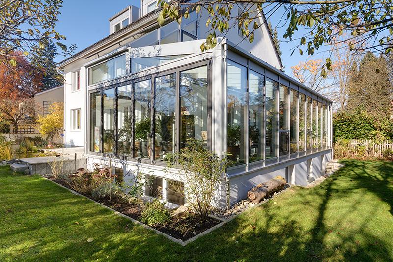 Ein moderner, geräumiger Wintergarten