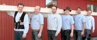 Mitarbeiter mit Holzbalken